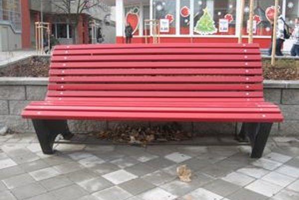 Vlastenecké námestie má zámkovú dlažbu so šiestimi bezbariérovými prístupmi, osem lavičiek.