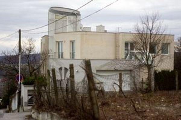 Mesto tvrdí, že tento dom stojí na pozemku, ktorý predalo nezákonne.