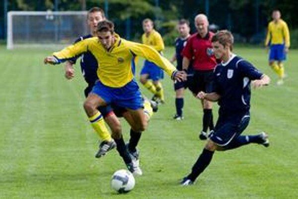 Hráči FC Ružinov (v žltých dresoch) nastúpia v nedeľu v Kráľovej pri Senci na odvetný zápas 16. kola III. futbalovej ligy. Na jeseň v Ružinove skončil ich prvý súboj v prebiehajúcej sezóne nerozhodne 3:3.
