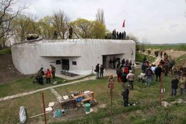 Petržalka si včera prvýkrát pripomenula svoje oslobodenie. Podával sa vojenský guláš, bola tu výstava vojenských historických zbraní a fotografií. Otvárala sa pobočka knižnice v bunkri.