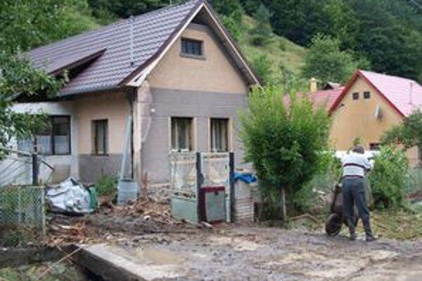 Bahno po júlových povodniach bolo všade.Dostalo sa aj do studní, od ktorých sú Šášovčania závislí.