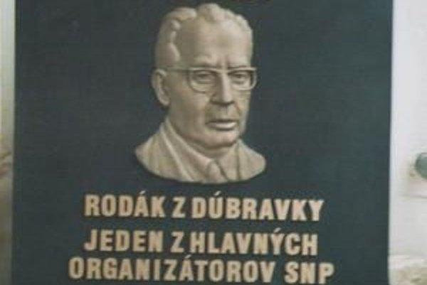 Husákova pamätná tabuľa mala visieť už presne pred rokom na budove miestneho úradu v Dúbravke.