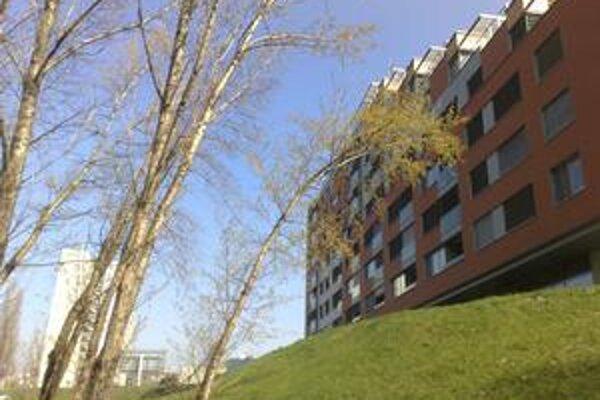 V Karloveskej zátoke stoja už dva obytné domy známe ako Karloveské rameno.