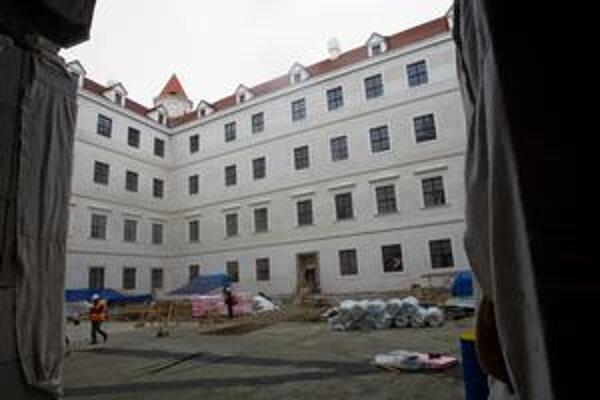 Hrad obnovujú od apríla 2008.
