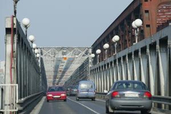 Osobné autá nejazdia po moste už rok a pol.