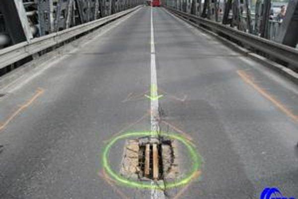 Starý most mali rekonštruovať a spevniť. Teraz sa bude musieť odstrániť mostovka a skontrolovať konštrukcia.