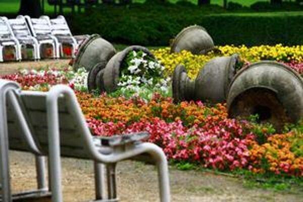 Pováľané vázy v Medickej záhrade. Naposledy takto ničili obľúbený park vlani v septembri.