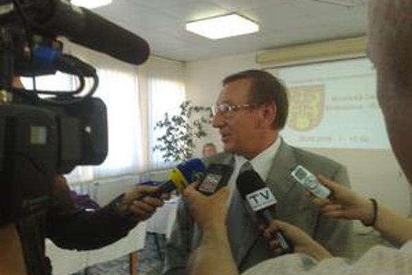 Starosta Rače vysvetľoval poslancom a médiám situáciu okolo prenájmu jeho firme.