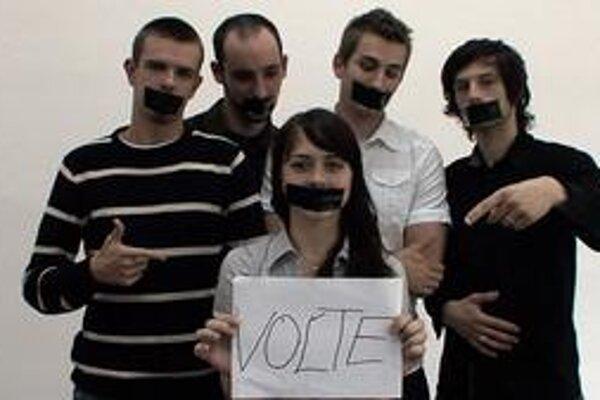 Vo videonahrávke najprv autori mladých od volieb odhovárajú. Neskôr však povedia svoj názor. Ten, kto nevolí, má podľa nich držať ústa.