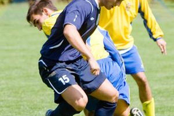 Hráči FC Ružinov (v žltých dresoch) hrajú v 25. kole III. futbalovej ligy v Petržalke o tretiu priečku.