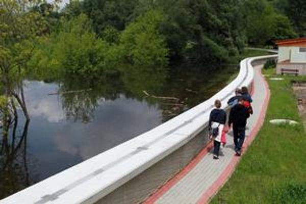 Protipovodňová ochrana je vystavená skúške. Takto zadržiava veľkú vodu v Devíne, podľa vodohospodárov by mala vydržať nápor ako v roku 2002.