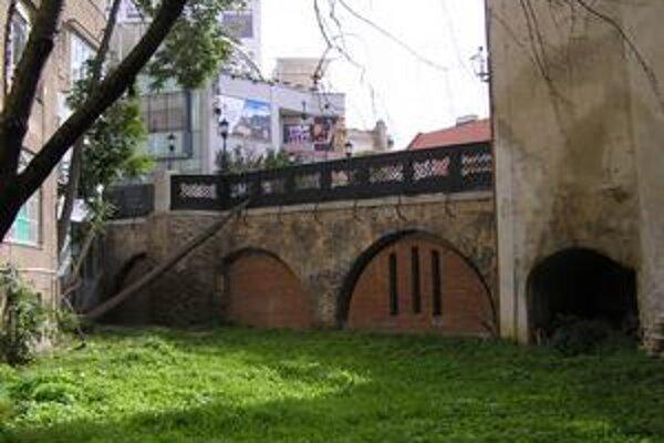 Zničenú časť priekopy oddeľuje premostenie, oblúky sú zamurované. Z druhej strany je mestská čitáreň.
