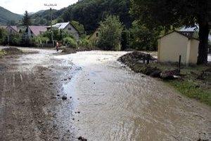 Voda zasiahla v obci desiatky domov.