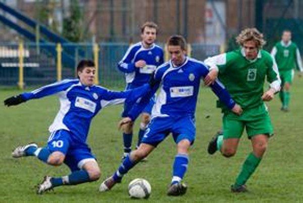 Hráči FC Ružinov (v modrých dresoch) skončili v uplynulom ročníku III. futbalovej ligy o horšie skóre na štvrtej priečke.