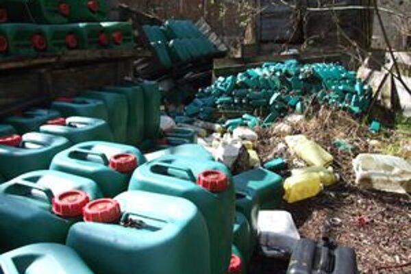 Desiatky bandasiek plných neznámej chemickej látky sú pohodené medzi prázdnymi obalmi. Dostať sa k nim môže ktokoľvek.