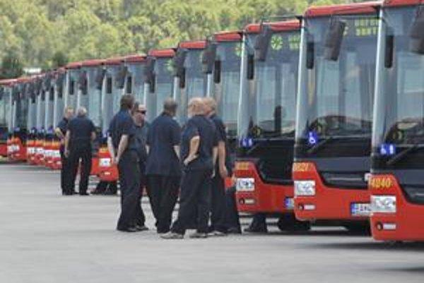 O obnove vozidlového parku mesto hovorí už dlho. Minulý týždeň začali jazdiť nové kĺbové autobusy. Namiesto plánovaných 240 ich však dopravca kúpil len 49.