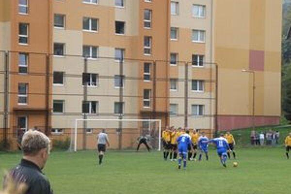 Peter Mazúr strelou z priameho kopu zabezpečil jediný gól Kremnice.