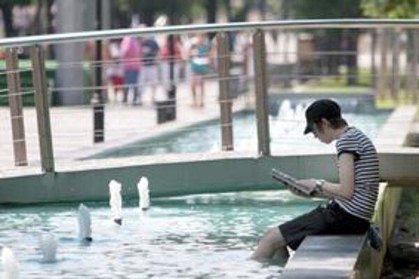 Horúčavy ľudia trávia pri vode.