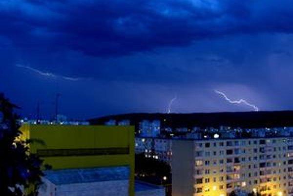 Nočná búrka nad Dúbravkou.