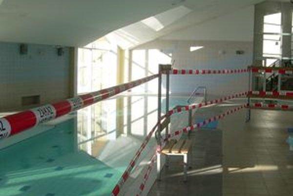 Bazény sú stále mimo prevádzky. Strop podľa Reichlovej môže hroziť ďalšími pádmi.