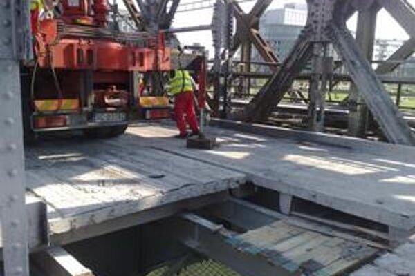 Mostovka odľahčí oceľovú konštrukciu mosta o 1200 ton.