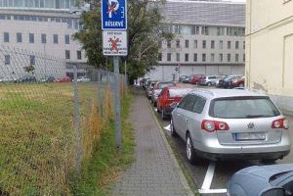 Do prvej parkovacej oblasti patrí aj Školská ulica. Vzniklo na nej desať parkovacích miest pre rezidentov a osem boxov pre ostatných vodičov.