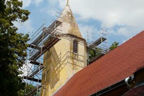 Nahnutý vrchol veže štefanovského kostola predstavoval hrozbu.