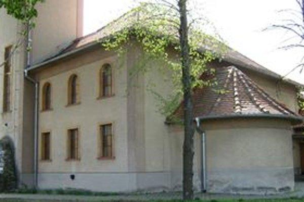 Pôvodná strecha chráni kostol v Turni už 50 rokov. Na jeseň idú pokladať novú.