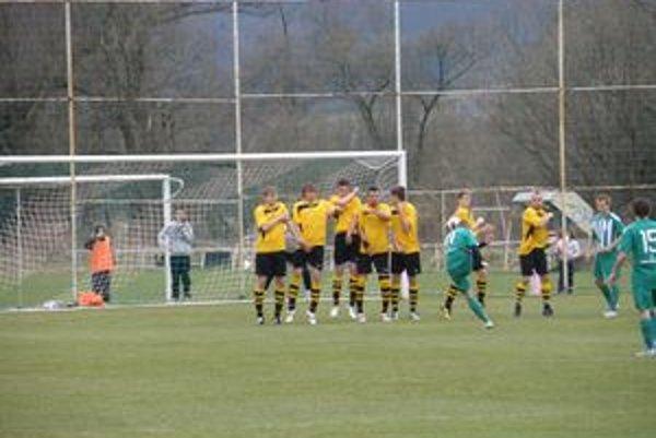 Obranný val fungoval na výbornú. Dolná Ždaňa prezentuje ostatné zápasy útočný futbal.