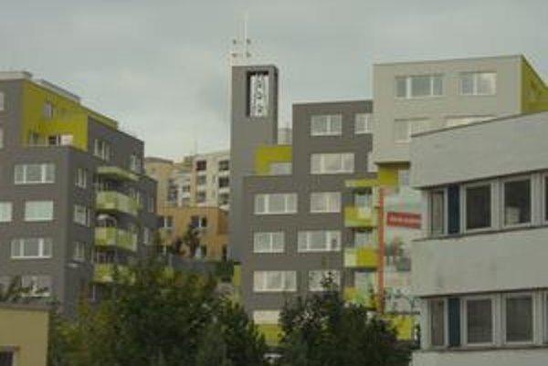 Kostol je v kopcovitom teréne a zvuk zvonov sa odráža medzi fasádami. Obyvatelia niektorých domov majú zvonicu vo výške okien.
