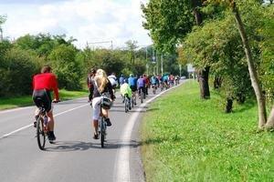 Na akciu na podporu výstavby lávky z Devínskej Novej Vsi do Rakúska prišlo v sobotu asi 100 cyklistov.
