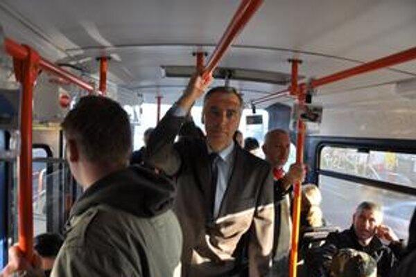 Minister dopravy šiel do práce električkou.
