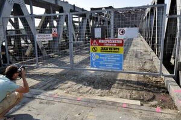 Starý most je pre havarijný stav úplne uzavretý.