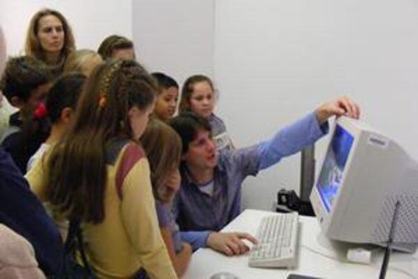 Súčasťou bienále sú aj rôzne sprievodné programy, deti sa môžu dozvedieť aj to, ako animovaná rozprávka vzniká.