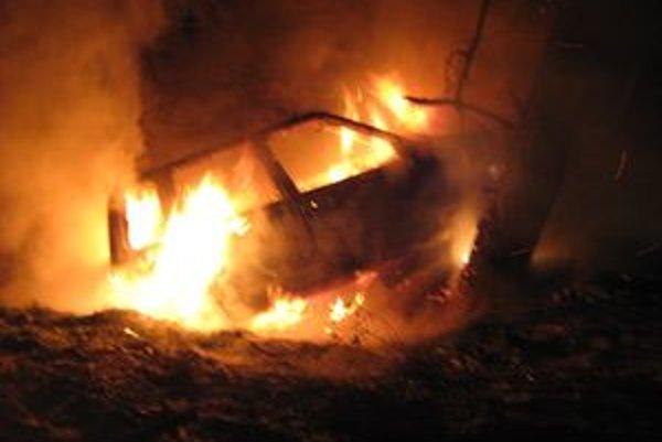 Auto v plameňoch. Oheň likvidovali žiarski hasiči.