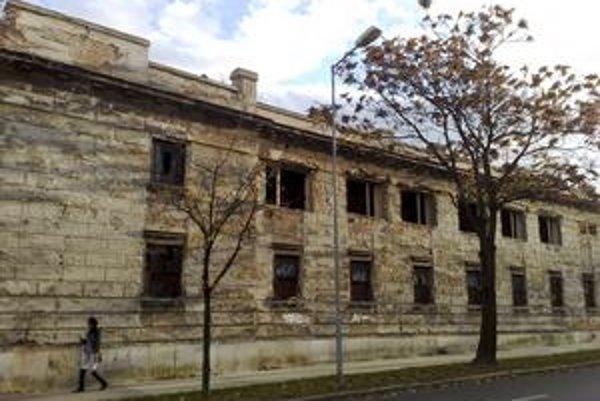 Uličná fasáda tabakovej továrne zo strany Mýtnej ulice. Búrať sa môže.