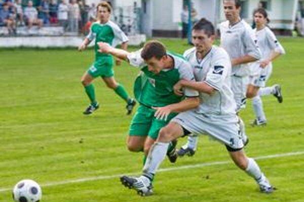Hráči Tatrana Stupava (v bielych dresoch) skončili po jesennej časti III. ligy na druhom mieste a v sobotu v Kalinkove môžu urobiť prvý krok k postupu do semifinále Pohára BFZ.