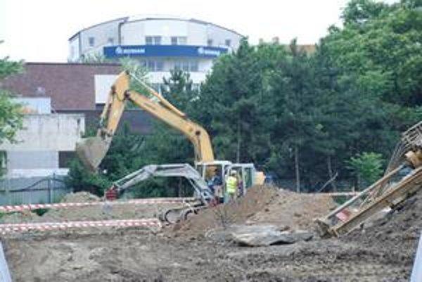 Na pozemku sporného parčíka Belopotockého staval investor v lete aj napriek rozhodnutiu  krajského súdu. Ľudia aj úrady poukazovali na chýbajúcu stavebnú políciu.