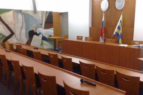 Takto vyzerala rokovacia sála v Karlovej Vsi v čase októbrového zastupiteľstva, keď miestni poslanci neprišli.