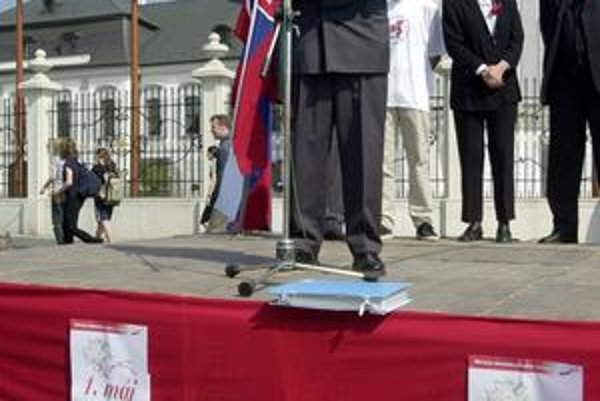 Milan Ftáčnik na prvomájovej tribúne SDĽ v roku 2000.