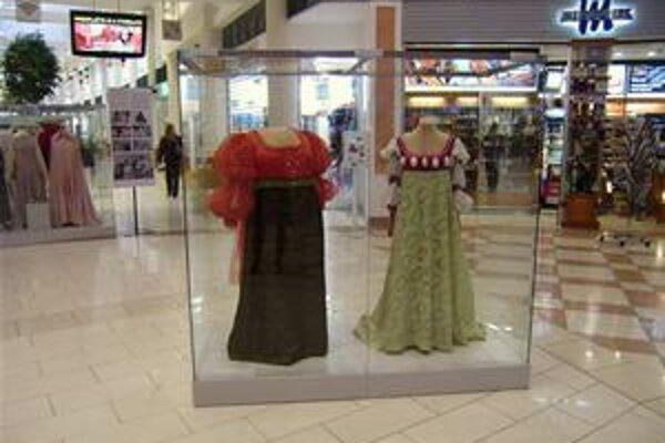 Niektoré rozprávky sú také známe, že nerobí problém spoznať ich podľa kostýmov vedľajších postáv. Tieto mali oblečené Droběna a Dora v Troch orieškoch pre Popolušku.