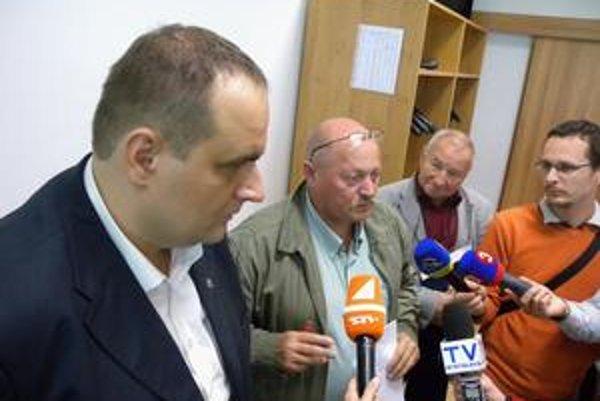 Starosta Štefan Balaško (v strede) a jeho zástupca Ľubomír Žiak (vpravo) so županom Frešom. Témou stretnutia bola kontroverzná obytná výstavba.