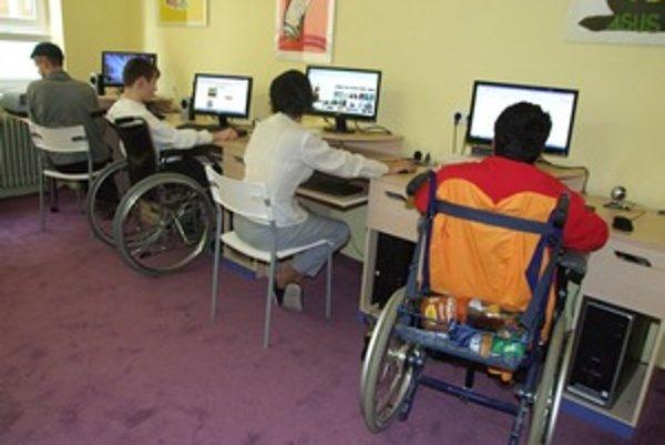Deti z Hrabín majú v učebni šesť nových počítačov.