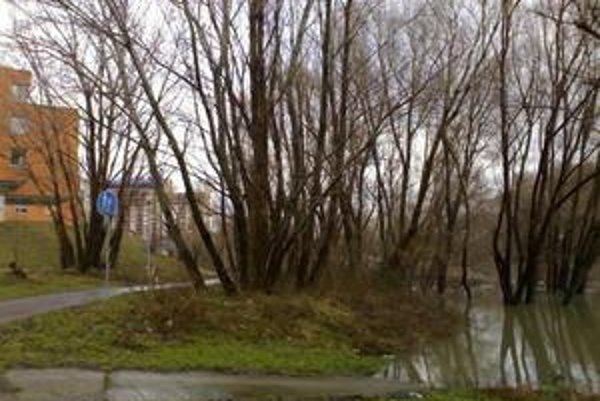Voda už zaliala cyklotrasu a blíži sa aj k chodníku.
