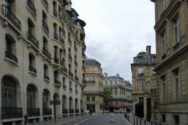 Rue de Presbourg v Paríži sa nachádza pri Víťaznom oblúku. Aj pamiatka, aj názov ulice pripomínajú slávny Bratislavský mier z roku 1805.