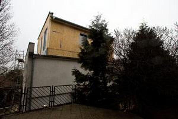 Nadstavba na streche rodinného domu vznikla nelegálne. Práce prerušili.