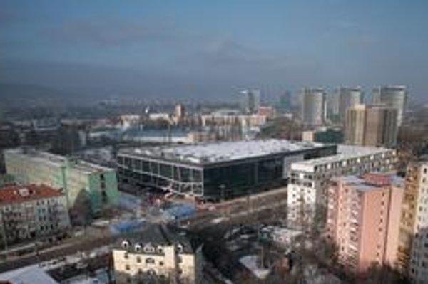 Hotel a aj zimný štadión sú v obytnej zóne.