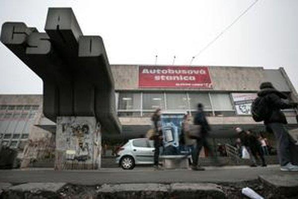 Na Autobusovej stanici víta betónový nápis, nástupištia sú zničené.