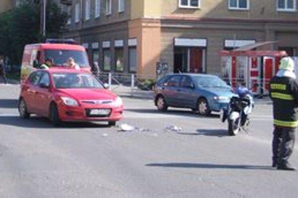Miesto nehody. Motorkár pri nej utrpel ľahké zranenie.