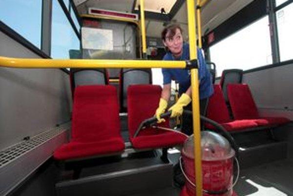 Dopravný podnik dá na zničené zariadenia vo vozidlách aj na zastávkach denne stovky eur.